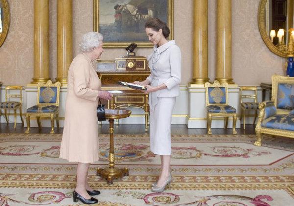 Angelina Jolie mémère - Angelina Jolie reine elisabeth d'angleterre